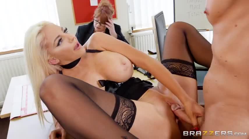 Татуированная качок в кабинете трахает директоршу и ее верную секретаршу
